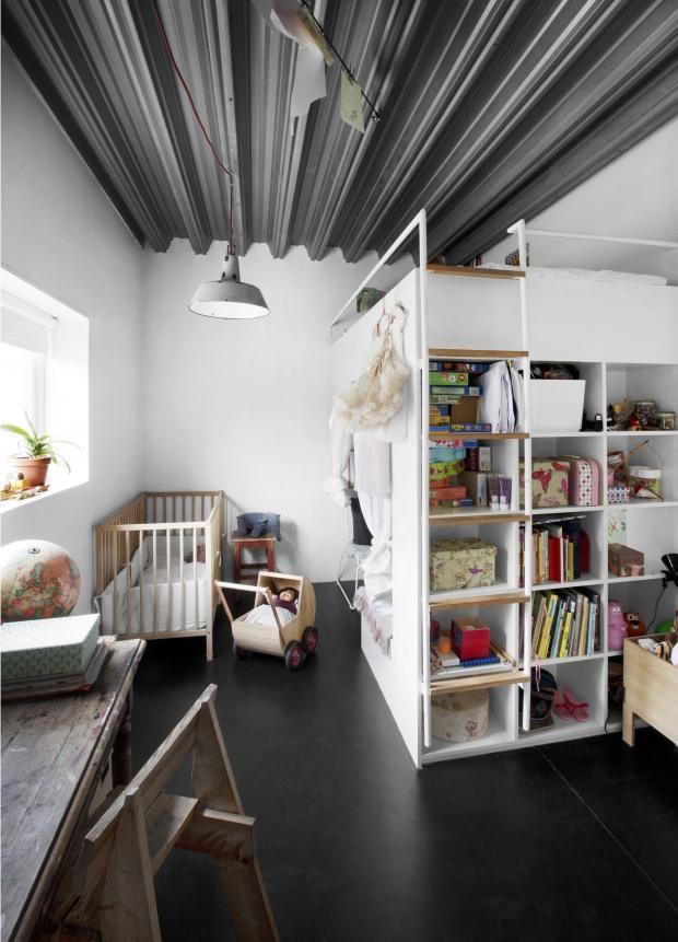 Når tre barn deler rom, må det kreative løsninger til. Mika på fem har fått et eget lite rom i rommet under storebrors sovehems. Foto: Nina Ruud