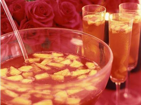 Ponche de champán. Champagne punch: Unsweetened pineapple, ginger, orange liquor, coñac, triple sec