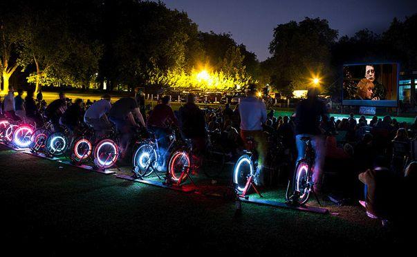Cet été, à Caen (Calvados), en marge du Tour de France 2016, le cinéma Lux veut proposer une séance en plein air qui aurait lieu grâce à l'électricité produite par des cyclistes.