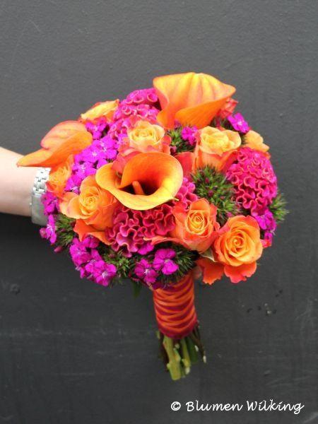 Bunter Brautstrauß in orange und pink mit Rosen, Calla, Bartnelken und Cellosia. http://blumen-wilking.de