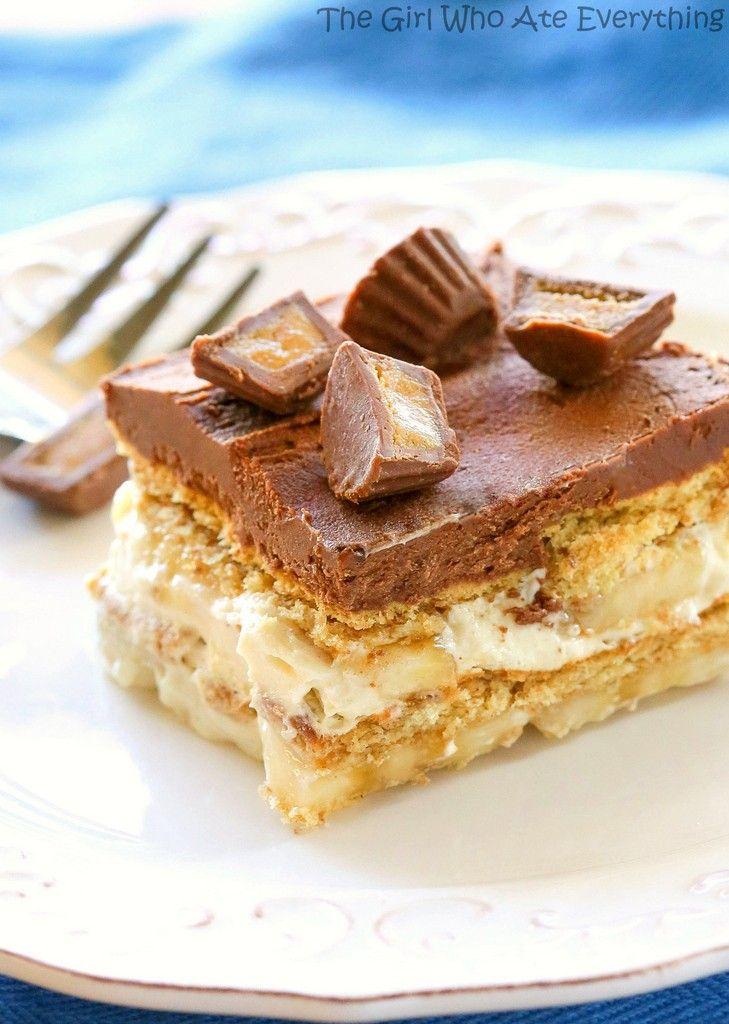 Chunky Monkey Eclair Cake - Een eenvoudige no-bak dessert met lagen van Graham crackers, pindakaas vullen, en bananen.  Alles overgoten met een zoete huisgemaakte chocolade glazuur.  the-girl-who-ate-everything.com