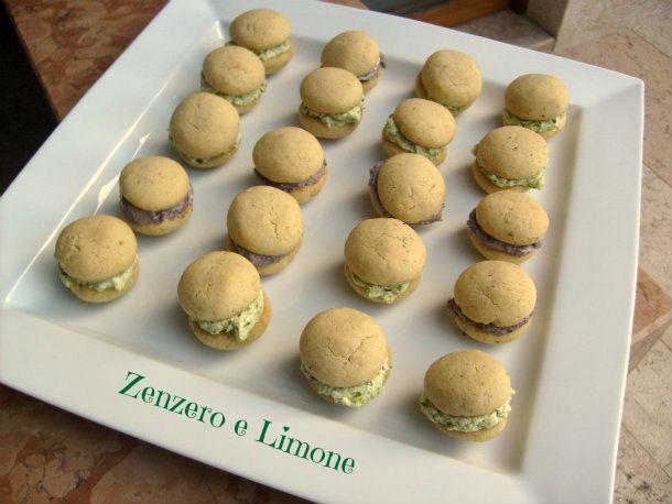 Questi baci di dama salati sono un meraviglioso quanto facilissimo finger food che si può preparare anche in anticipo. Una ricetta molto sfiziosa
