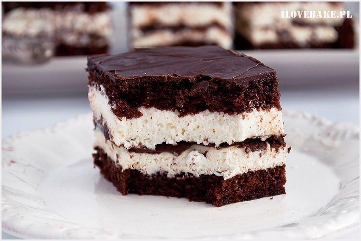 Ciasto kinder pingui wzorowane na znanym batoniku. Mocno czekoladowe ciasto, krem śmietankowy i warstwa czekolady w środku.