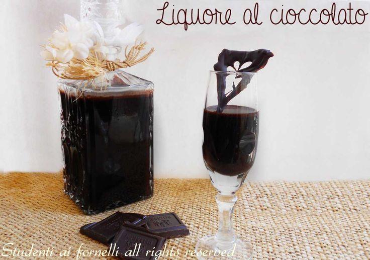 Il liquore al cioccolato è un liquore aromatizzato al cacao facile e veloce da preparare, ideale da servire ad una cena. Ricetta golosa per fare il liquore.