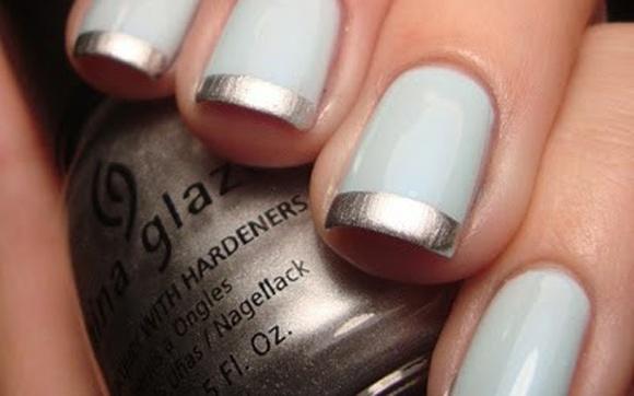 O azul simboliza a tranquilidade para o novo ano que chega! Com a inglesinha feita com esmalte prata, a combinação fica delicada e fashion!
