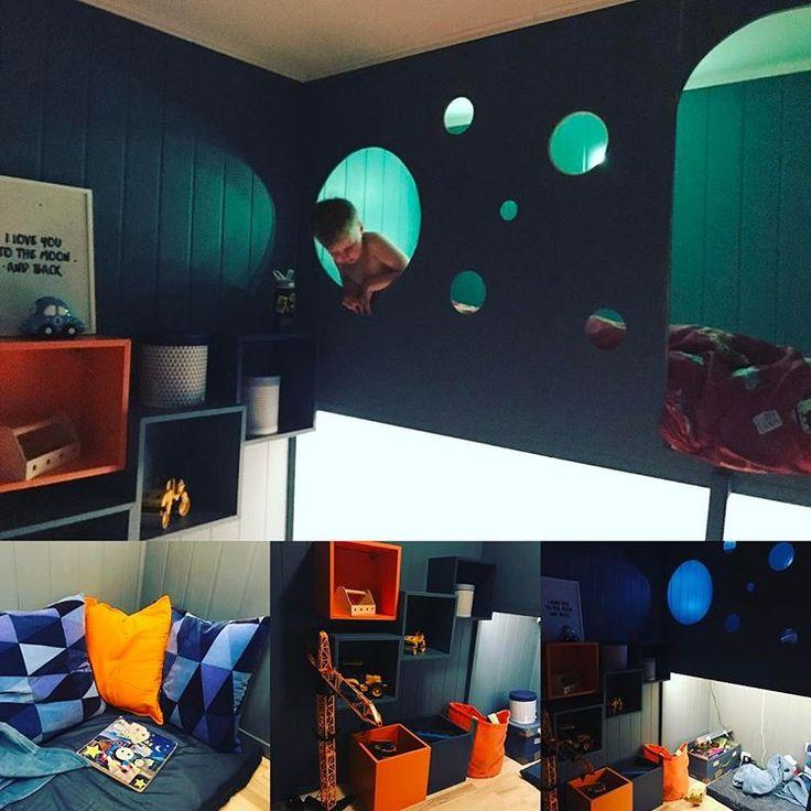 #gutterom #blå #retroblå #fonøydlitengutt #barnerom #blå #blue #orange #seng #lesekrok