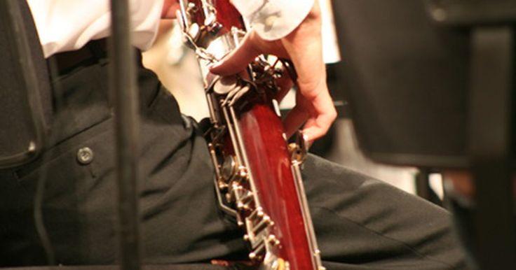 Técnicas para tocar o fagote. O fagote é um instrumento de sopro com uma palheta dupla. Fagotes apareceram na forma moderna a partir século XIX. Eles são longos, com um bocal de metal curvado e um complexo sistema de chaves. O fagote produz um som baixo e esganiçado, comparável à voz de barítono masculino. Usado em bandas de concerto, orquestras e conjuntos de música de ...