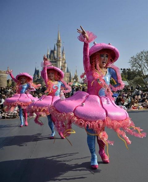 Desfile de celebração do trigésimo aniversário da Tokyo Disneyland em Urayasu, perto de Tóquio, Japão - http://revistaepoca.globo.com//Sociedade/fotos/2013/04/fotos-do-dia-11-de-abril-de-2013.html (Foto: EFE/Franck Robichon)