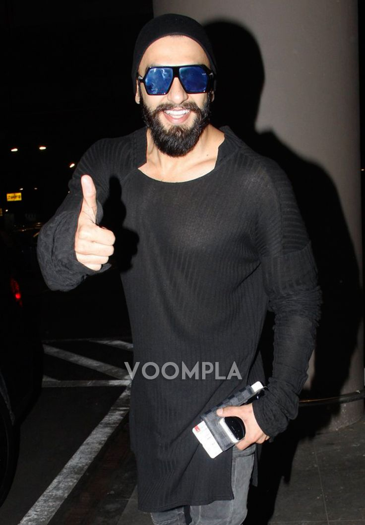 Always smiling Ranveer Singh gives a thumbs up to press photographers at Mumbai airport. Click Here >> Voompla.com