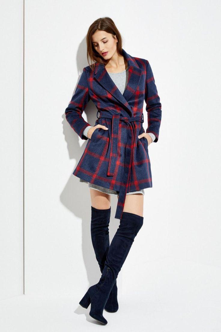 Moodo Kabát dámský kostkovaný s páskem Dámský kabát je vyroben z příjemného a hřejivého materiálu. Kabát má jednoduchý střih se zapínáním na knoflík a zavazovací pásek. Vnitřní strana má podšívku. Velice slušivý a vhodný k …
