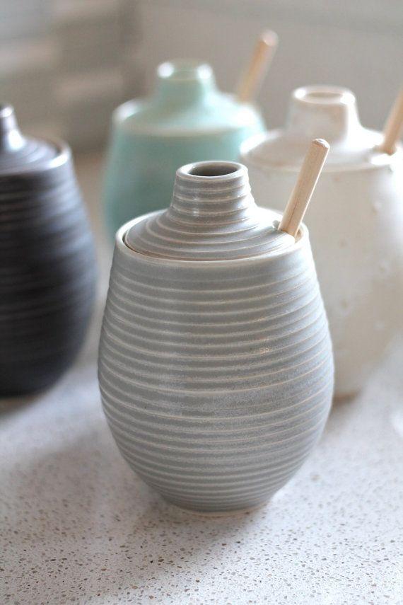 Vaso di ceramica miele scanalato morbido Pot di FringeandFettle