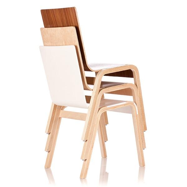 Mimo lekkiej kontrukcji, krzesła RIGA CHAIR są bardzo wytrzymałe. Łatwo można je też składać i przenosić z miejsca na miejsce, ponieważ są bardzo lekkie