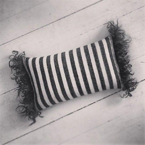 En kudde i ull som jag har vävt.