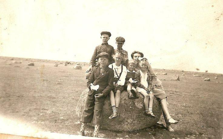 Midsommar på Alvaret i Kalkstad 1945. (längst fram till vä är min fasters man Kalle)