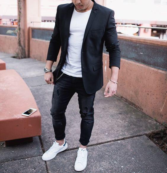 Acheter la tenue sur Lookastic: https://lookastic.fr/mode-homme/tenues/blazer-t-shirt-a-col-rond-jean-skinny/20099   — T-shirt à col rond blanc  — Blazer noir  — Jean skinny noir  — Montre argenté  — Baskets basses blanches