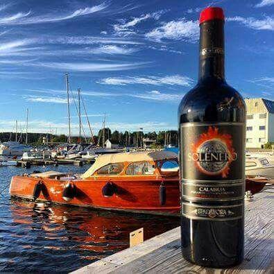 Solenero Rosso IGT della cantina Ippolito Spadafora http://www.calagusto.com/prodotto/solenero-rosso-igt/ Ottimo fuoripasto, l'abbinamento ideale è con i piatti a base di pesce, anche crudo come sushi e sashimi, bene comunque anche con i salumi e gli insaccati, tipici della tradizione regionale  #vino #calabria #rosso #igt #followme #wine #vinitaly #cantina #vendemmia #uve #etichette #gamberosso