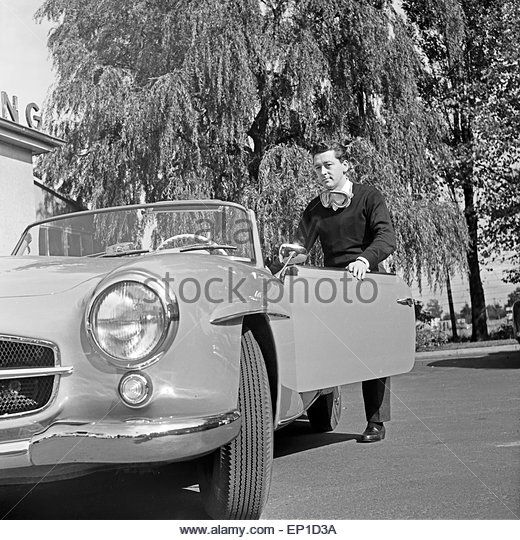Der irische Sänger Johnny Dane an seinem Mercedes Benz 190 SL Cabrio in Hamburg, Deutschland 1950er Jahre. - Stock Image