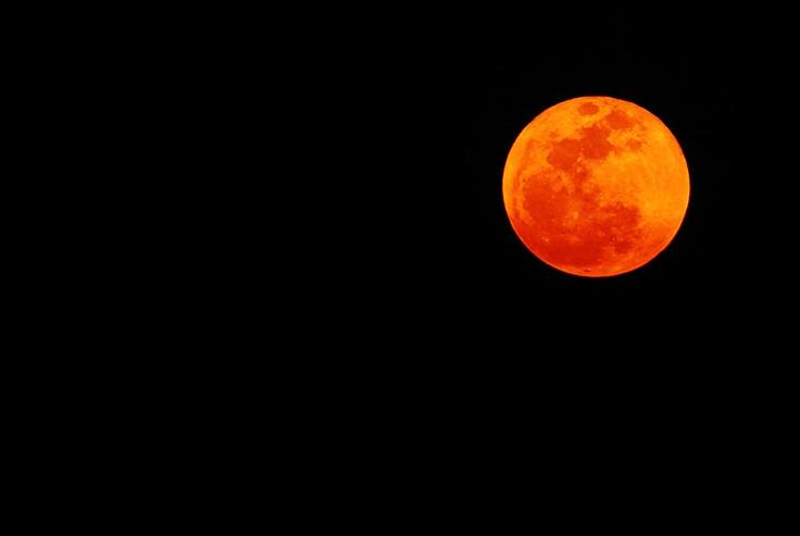 対象物が無くて、ちょっと寂しげなお月様。   違う場所から撮ったらよかったかなと、、、。