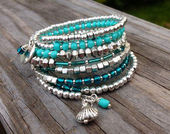 Ce bracelet 7 bobine est fait avec fil à mémoire - sadapte à la taille de votre poignet et sans possibilité de rupture. Cela garantira que vous aurez ce bracelet pendant une longue période. Matériaux comprennent les entretoises argent Tibétains et diverses teintes de perles de verre aqua. Fini avec un martelé disque argent tibétain et la coquille de perle de fil enroulé sur un côté et un charme de coquille de palourde avec perle de fil enroulé sur lautre. Sadapte à la plupart des poignets…