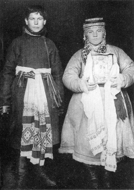 Жених и невеста. В верхней праздничной одежде. Фото Н.П. Красникова. Орловская губ., Брянский уезд. 1908 г.