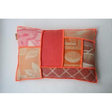 kussen van wollen dekens met neon accent | Huis en Inrichting - Kussens
