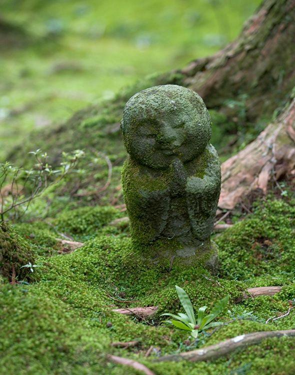京都 三千院。わらべ地蔵。祈っている。