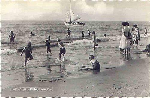 Spelen bij het strand. In een gebreid zwempak, wat bij het uit de zee komen zwaar was van het water........