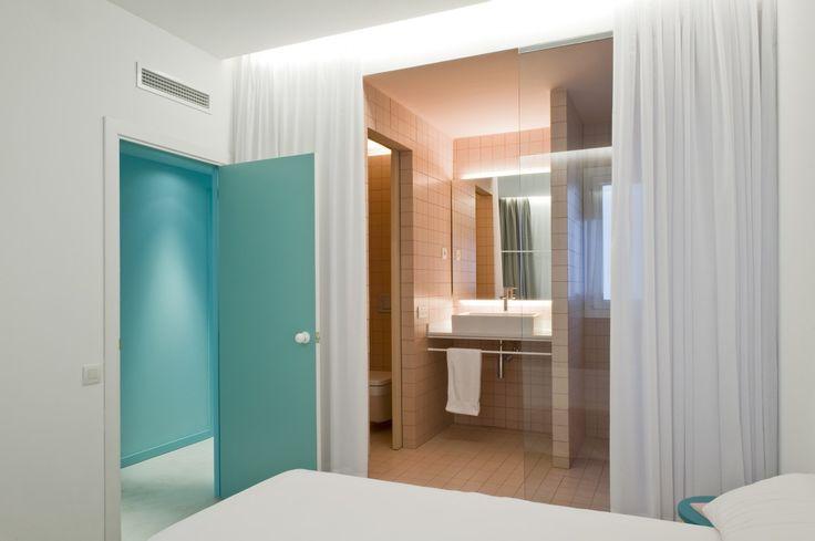 ANTES Y DESPUÉS Una casa de vacaciones en plena ciudad #habitacion #baño #dormitorio Decorabien.com
