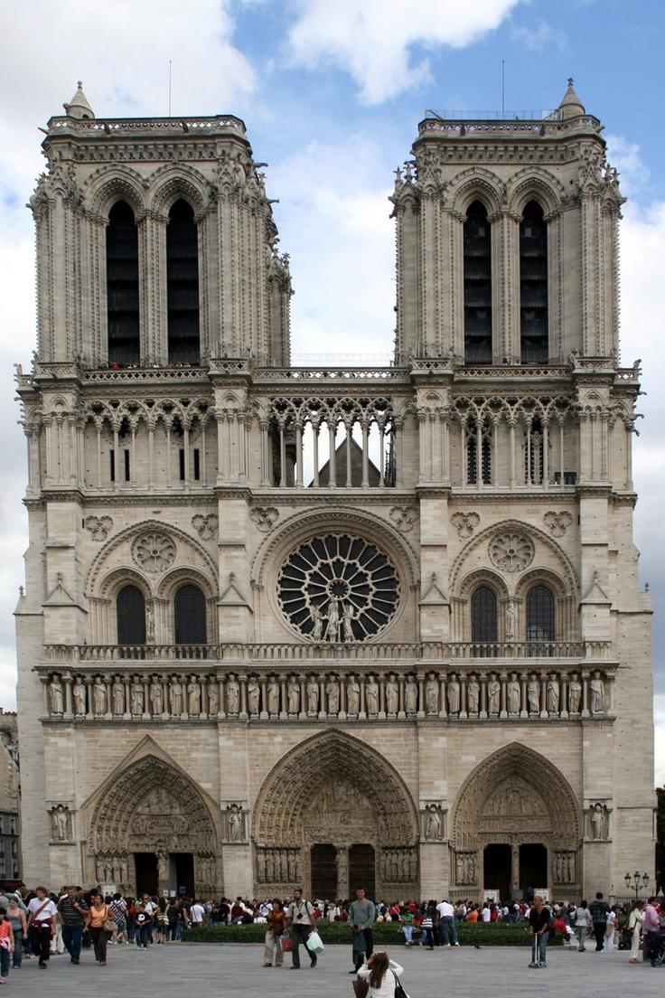 Notre-Dame in Parijs (1163). De gotiek ontstond in het midden van de twaalfde eeuw in Ile-de-France (een gebied rondom Parijs). Een sleutelfiguur bij het ontstaan van de gotiek was abt Sugar.