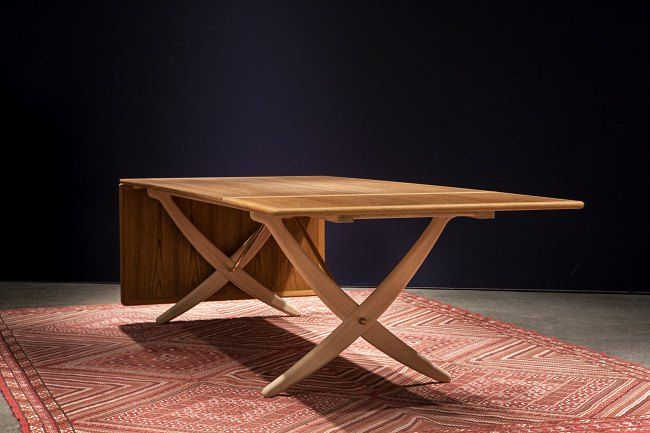 Rare sabre legs on return visit In the middle of 1950ies, famous furniture designer Hans J. Wegner created a big beautiful dining table with foldable leaves, which, because of its curved... PP Møbler.