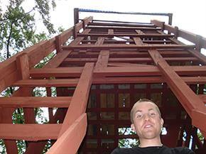 LN Tower, Linus Nilsson framför sitt höga bygge. Bygget är i trä och målat i rött. Bokedalsvägen 56
