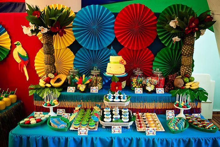 Una mesa de dulces preciosa para una fiesta tropical / A stunning tropical party sweet table