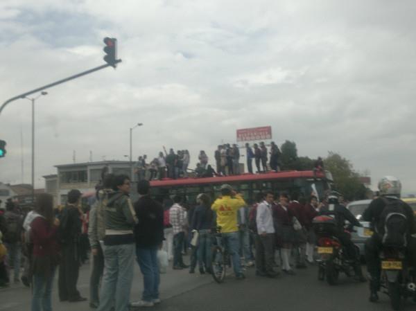 Manifestantes sobre bus de Transmilenio en la cll 72 con Av. Caracas. Foto: @Solano
