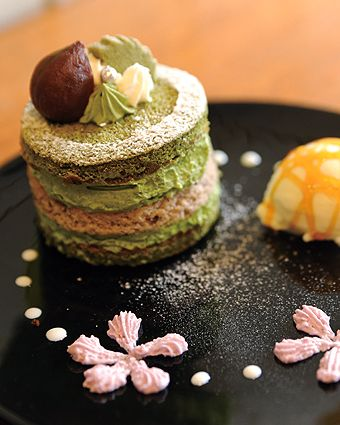 Japanese Matcha Green Tea Cake :: Just a picture but very pretty way of presentation