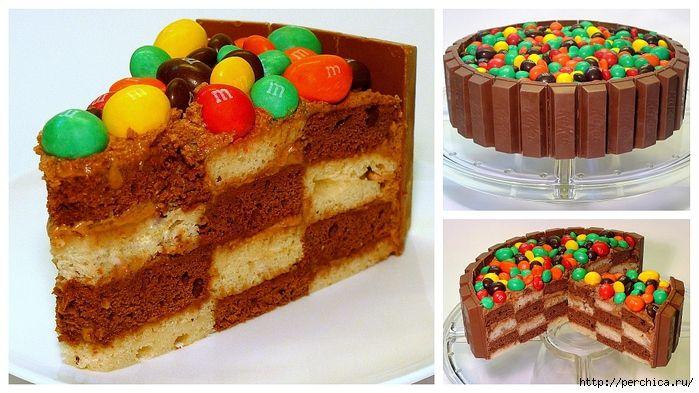 Шахматный торт с конфетными украшениями.