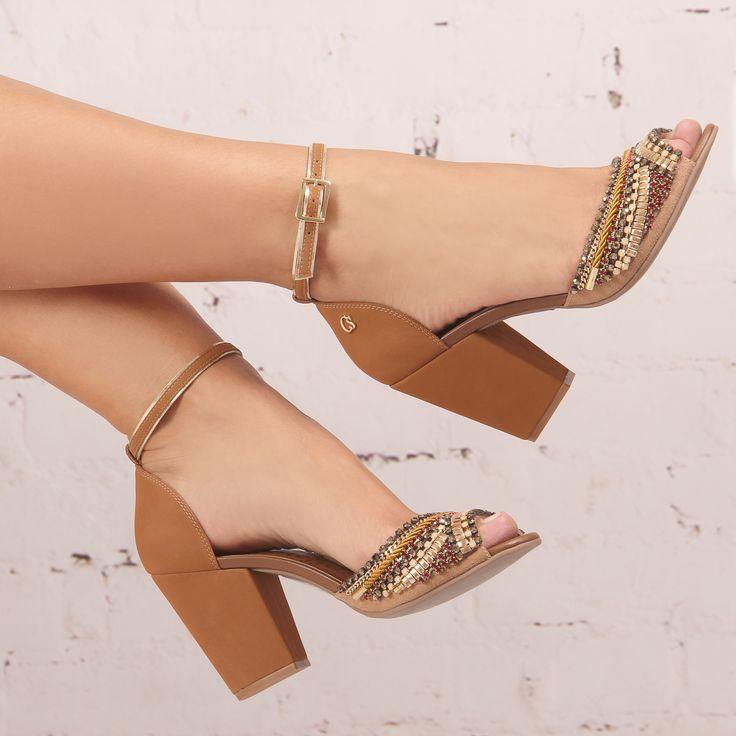 Na cor queridinha pelas mulheres, caramelo, essa sandália com salto bloco Carmen Steffens + bordados em tons dourados, super comfy, se torna um clássico no closet feminino! ✨✨✨