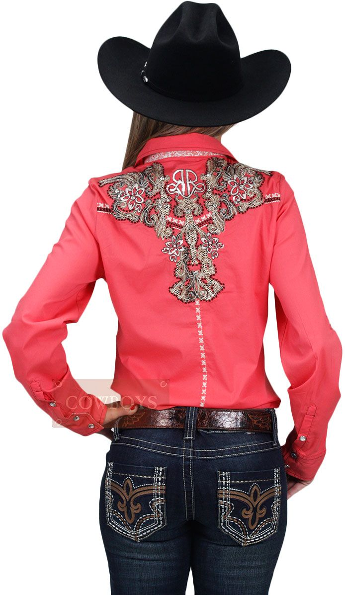 camisa feminina Manga Longa Western Cowgirl   camisa feminina com manga longa na cor goiaba. Apliques que aparentam couro de naja na parte do peitoral e das costas, além de taxas brilhantes. Camisa importada da marca Roar. Possui fino acabamento. É uma camisa ideal para mulheres que gostam de cavalos e do estilo country western. Pode ser utilizada no dia a dia ou para sair em uma festa.