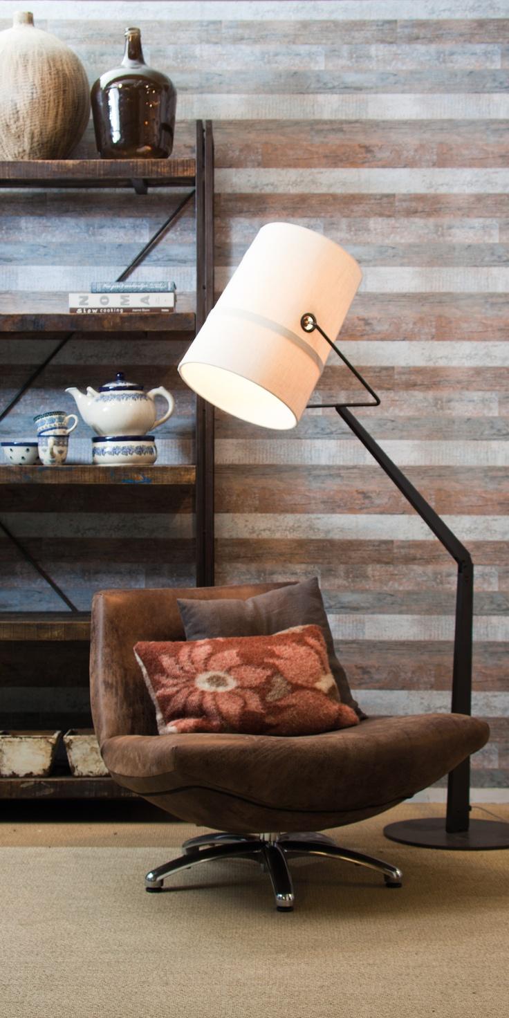 Vloerlamp Fork van Diesel by Foscarini. Op de achtergrond 'sloophoutbehang'