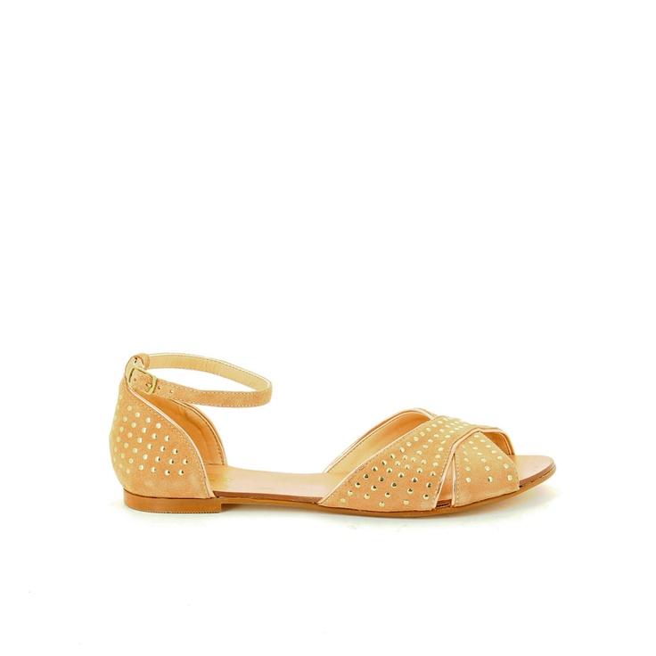 Sandalias planas Safi en camel con tachas doradas y pulsera.