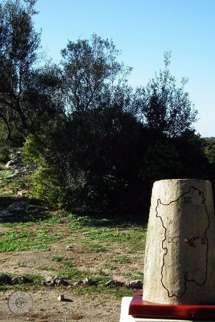 Orologio inciso e dipinto a mano su Tegola Sarda Antica. Base legno. Sardegna.  TerraIncantada, creazioni made in Sardinia.