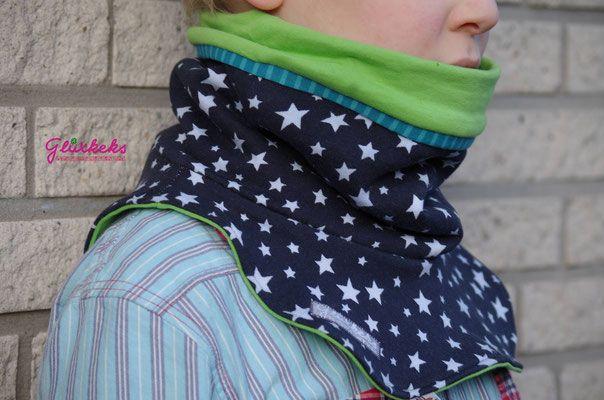 Der Warm-Up ist ein praktischer Begleiter sobald es kälter wird. Er kann aus diversen dehnbaren Stoffen genäht werden und ist so perfekt an alle Temperaturen anpassbar. Diese Halssocke wird einfach über den Kopf gezogen und wärmt bedingt durch das Design nicht nur den Hals, sondern auch den Rücken- und den Brustbereich. Gerade bei kleineren Kinder, bei denen gerne mal die Jacke ein paar cm aufrutscht, ist der Warm-Up ein treuer Begleiter.