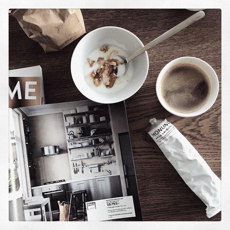 Godmorgon!  Ni missar väl inte den roliga tävlingen @ikeasverige ? #ikeakatalogfrukost Fota ditt favorituppslag till frukosten och motivera för att tävla om ett presentkort på 5.000.- Mitt är det snygga köket med öppen förvaring och trappstegen Bekväm som gör det möjligt att nå högre höjder (kanske inte så dumt i mitt fall @backis31 ? ) Dessutom matchar det min favvofrukost - fil,valnötter och honung. Och kaffet! Ha en fin dag alla!  #honung#valnötter#kaffe#godmorgon