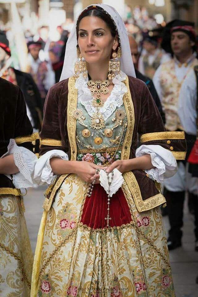 Corredo completo di gioielleria su abito tradizionale sardo. #Sardinia