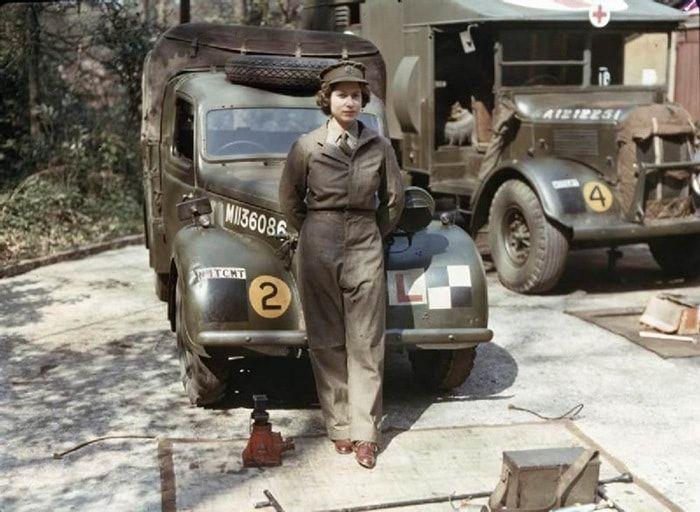 Восемнадцатилетняя принцесса Елизавета, Вторая мировая война, 1945 Источник: http://twizz.ru/20-fotografij-mirovyx-liderov-v-molodosti/ © Twizz.ru