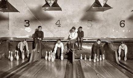 """Prima che i pinsetters automatici fossero inventati, i """"pin boys"""" lavoravano per allineare manualmente i birilli, 1914"""