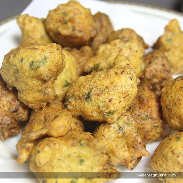 Grated Cauliflower pakoras are dipped in flour and deep fried. This delicious pakora makes the snack time more fun.   Recipe in English- http://indiangoodfood.com/2147-grated-cauliflower-pakora.html ( copy and paste link into browser)