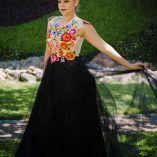 Tela: Tul novia y mesh Tipo de bordado: Tejido de ganchillo Región en la que se elabora: Istmo de Tehuantepec Diseño: Blusa de mesh transparente cubierta por flores sobrepuestas, doble falda plisadas