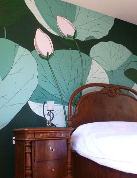 Ζωγραφική με μεγάλα λουλούδια σε τοίχο κρεβατοκάμαρας. Δείτε περισσότερες ιδέες διακόσμησης για την κρεβατοκάμαρα στη σελίδα μας www.artease.gr