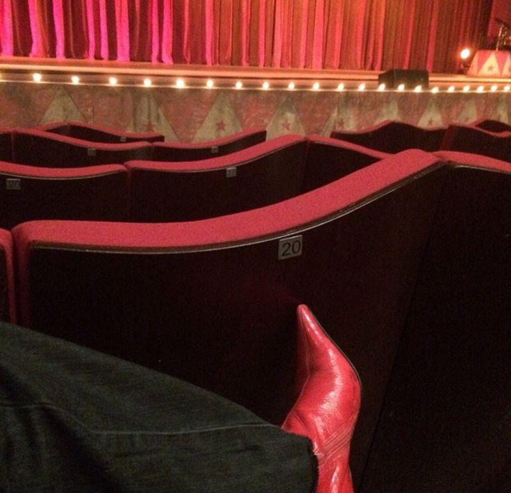 E para ir ao teatro bota bico fino não basta ser vermelha tem Q ser de verniz kkkk