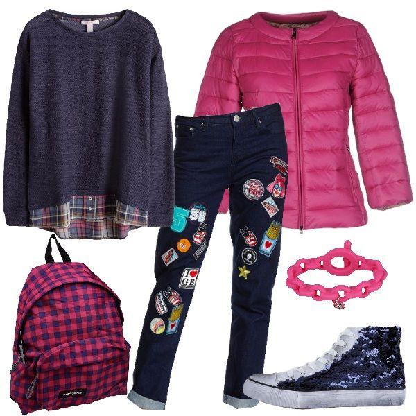 Outfit creato per le più giovani, colorato, comodo per la scuola, ma alla moda. Il look è composto dal jeans con le toppe colorate, la felpa in cotone blu, il piumino fucsia, come lo zaino a quadretti e il braccialetto di Marc Jacobs. A completare le sneakers alte bianche con paillettes blu.